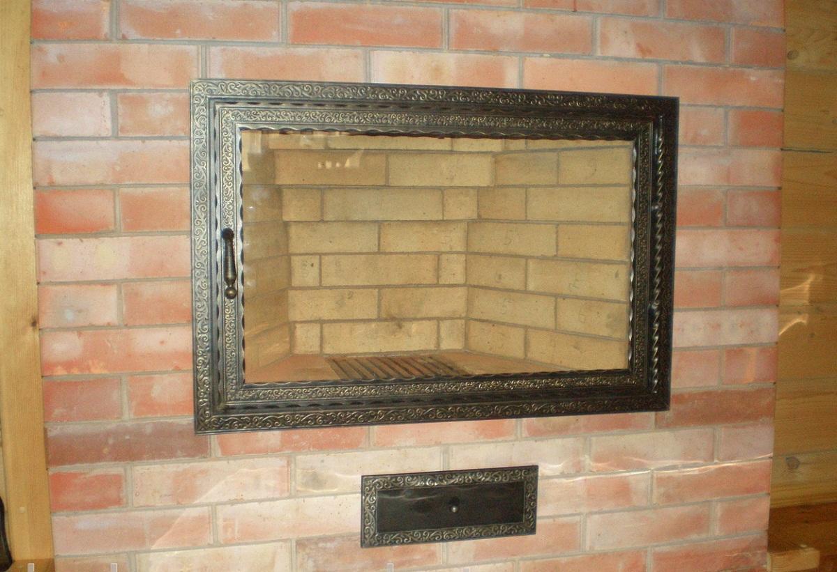Выбирать стеклянные дверцы для камина следует, исходя из дизайна помещения и самого камина
