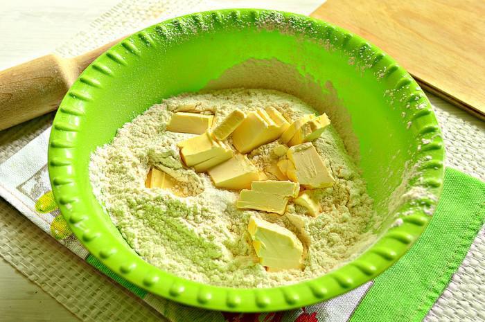 В получившуюся смесь добавляем сливочное масло и замешиваем тесто