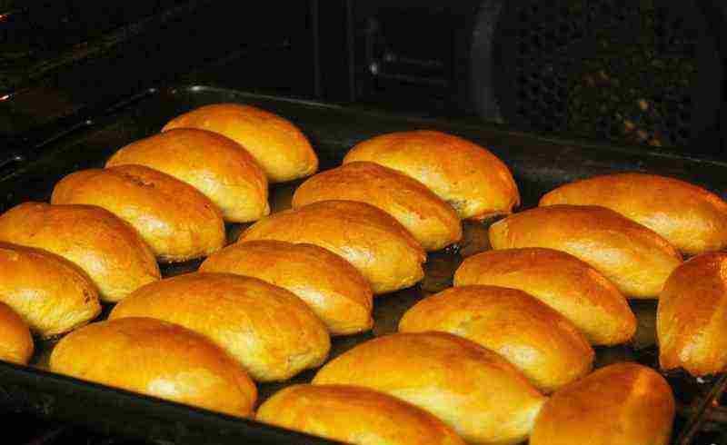 В духовке пирожки выпекаются при температуре 160 – 180 градусов до готовности