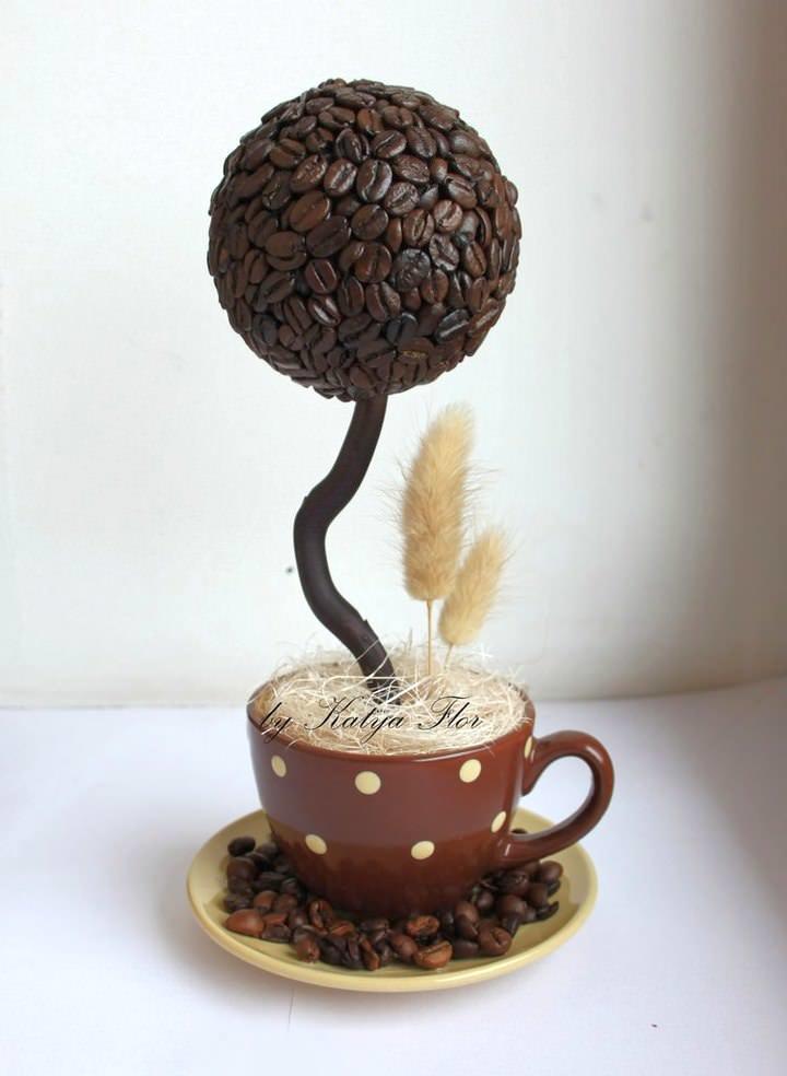 Ароматный топиарий из кофейных зерен займет свое почетное место в интерьере гостиной или кухни. Для магазина или офиса такой декор можно считать даже незаменимым