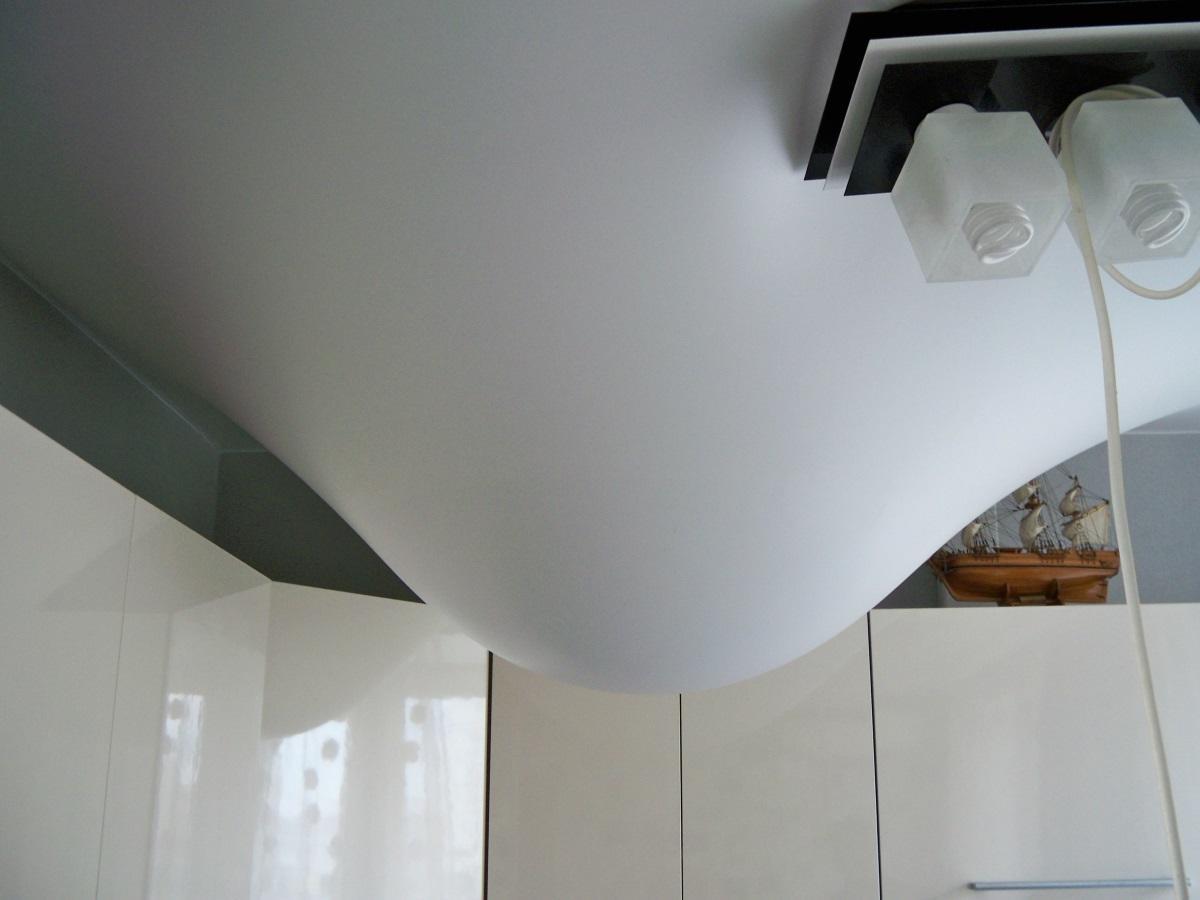 Убирая воду с натяжного потолка, ни в коем случае нельзя протыкать образовавшийся пузырь