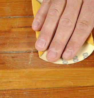 Для борьбы с жуком точильщиком следует тщательно заделать щели в полу