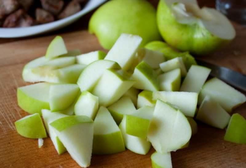 Чтобы яблоки не потемнели, перед приготовлением их сбрызгивают лимонным соком