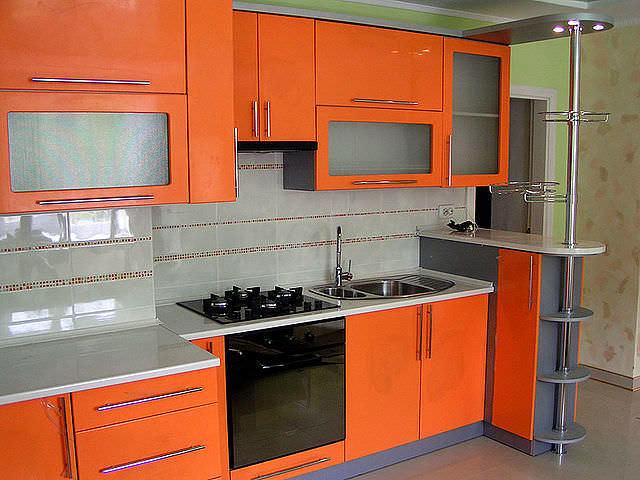 Кухня оранжевого цвета имеет одну особенность, о которой не стоит забывать - декор должен быть умеренным и ненавязчивым
