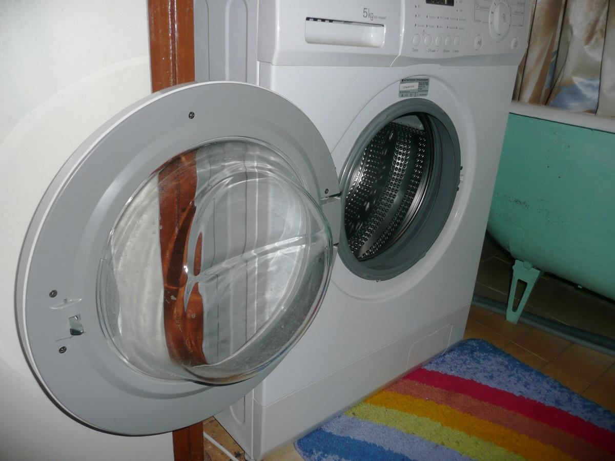 Если стиральная машина не отжимает, то стоит обратиться за помощью к специалистам