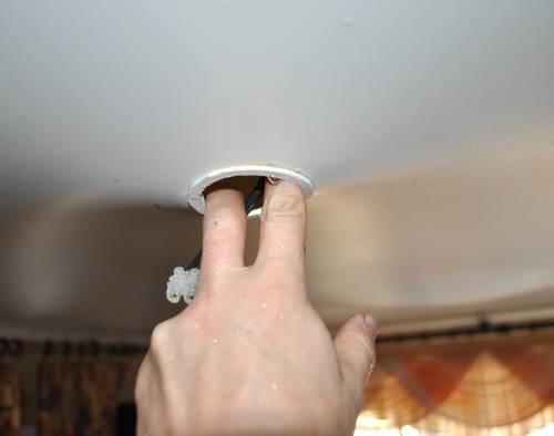 Сливая воду через монтажное кольцо, не забудьте отключить электричество