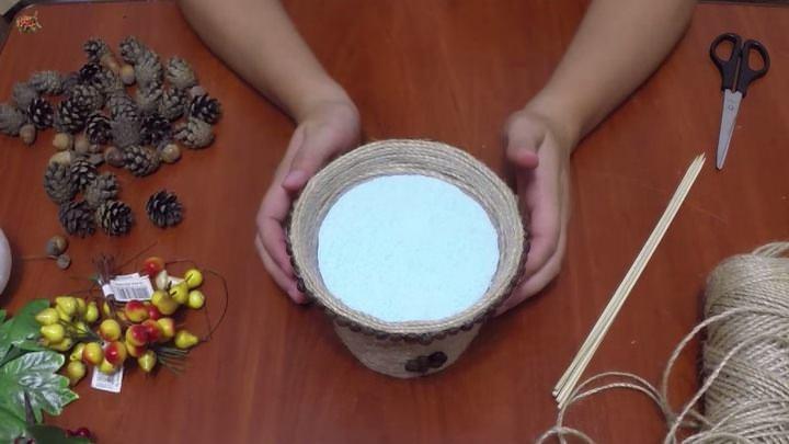 sobiraem-materialy-dlya-raboty Топиарий из шишки: фото мастер класс, из листьев пошагово, своими руками как сделать осенний, из желудей еловых, мк из сосны