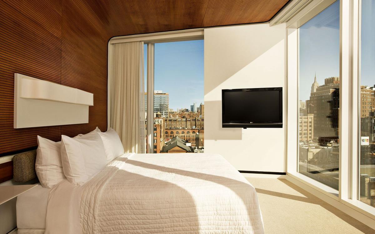 Для того чтобы создать красивую спальню, не следует перегружать комнату и стены декором