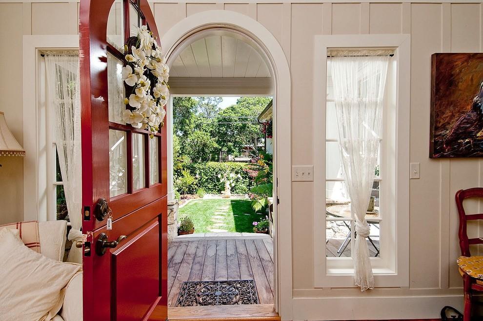 Декорируя дверное полотно, специалисты рекомендуют учитывать материал, из которого изготовлена дверь