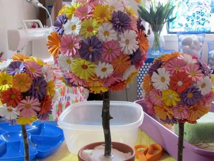 Из бумаги можно сделать красочные ромашки или элегантные розы