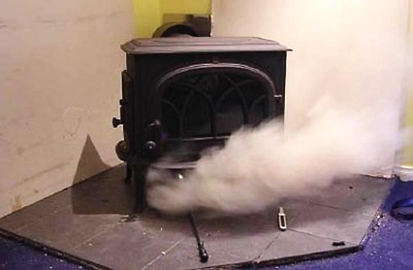 Дым может возникать из-за неправильной эксплуатации оборудования