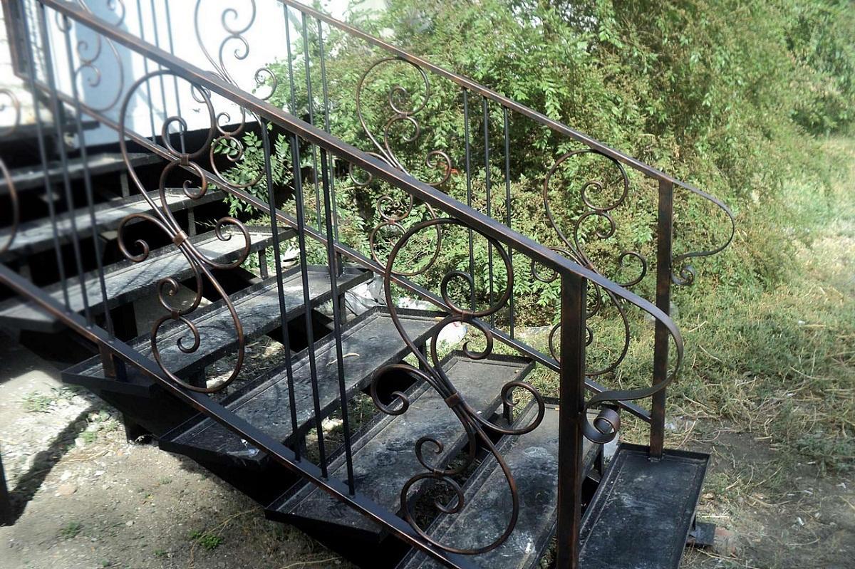 После установки металлической лестницы ее обязательно следует покрасить