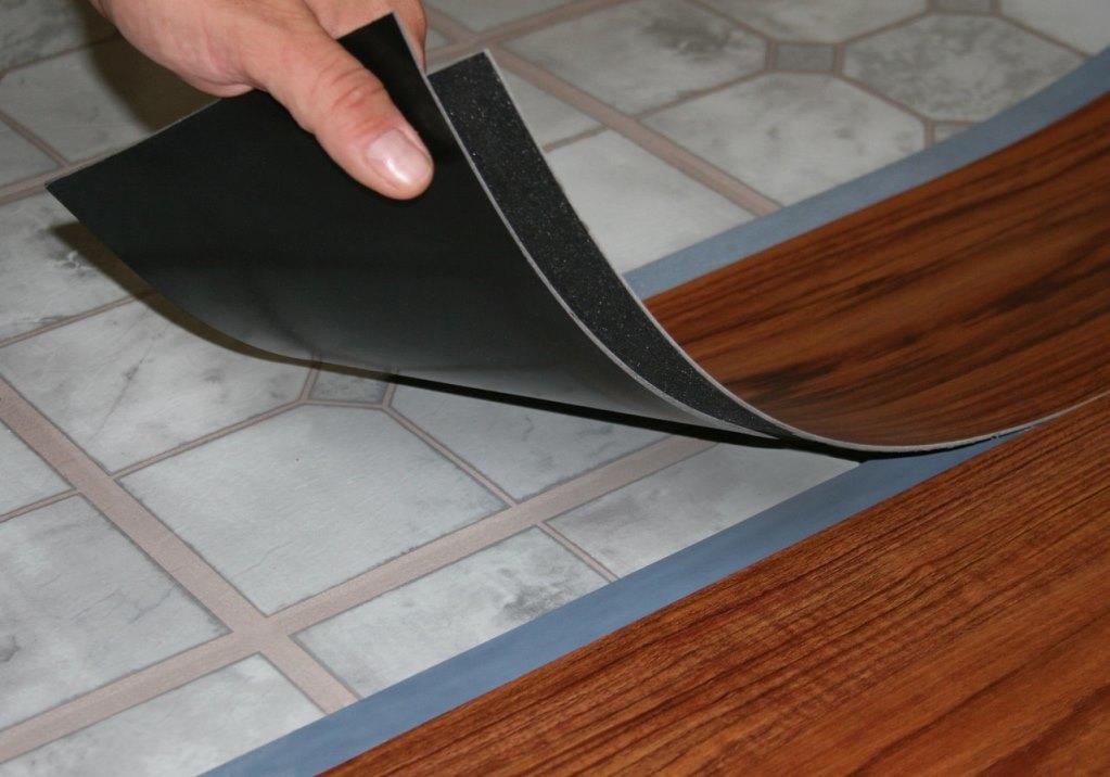Многие предпочитают использовать виниловый линолеум, поскольку он влагонепроницаемый и обладает длительным сроком службы