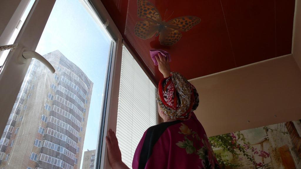 Особая чистота натяжного потолка достигается за счет обработки его поверхности влажной фланелевой салфеткой