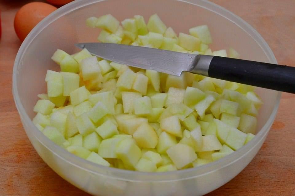Для начинки нарезаем яблоки на небольшие кусочки