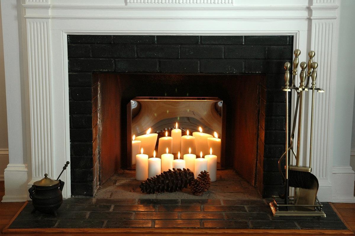 Среди преимуществ камина из свечей стоит отметить экологичность и привлекательный внешний вид
