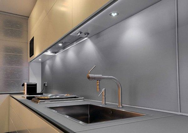 Кухонный фартук защищает стену вокруг раковины и плиты