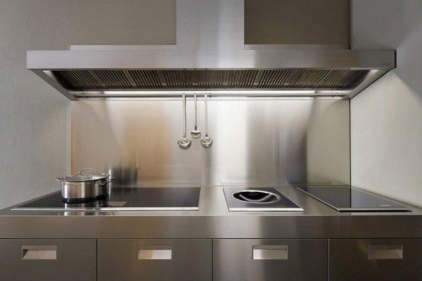 Кухонный фартук из нержавеющей стали не требует особого ухода