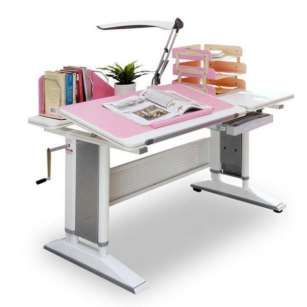 Классический письменный стол подходит для ребенка школьного возраста