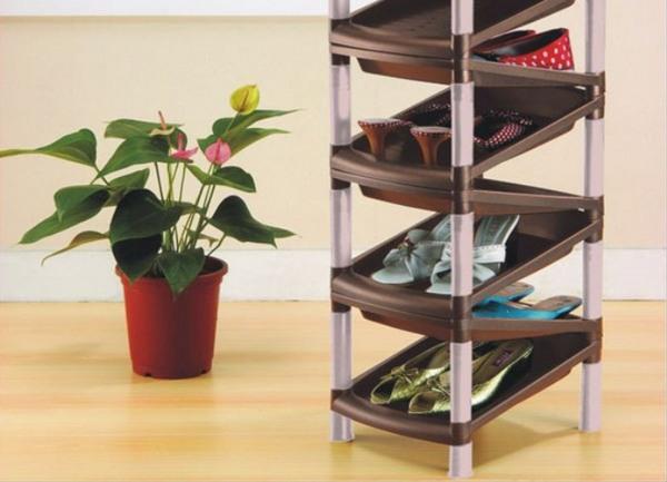 Пластикоые полочки для обуви позволят создать уют в прихожей