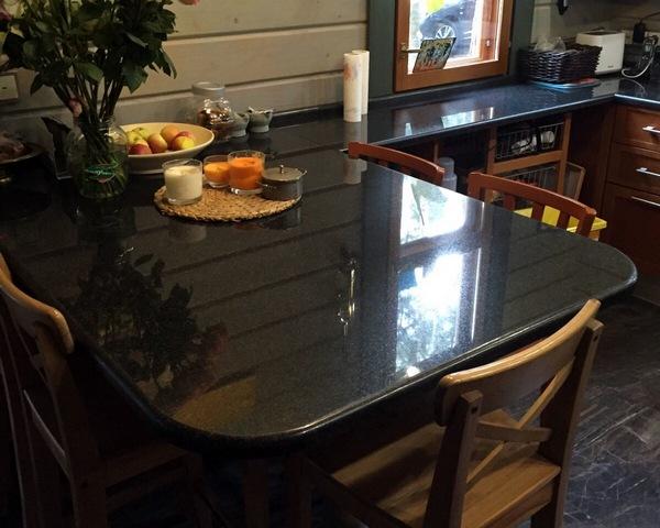 Гранитная столешница на кухне, совмещенная с подоконником и обеденным столом