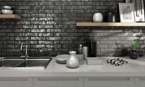 Настенная плитка считается самым подходящим материалом для кухни
