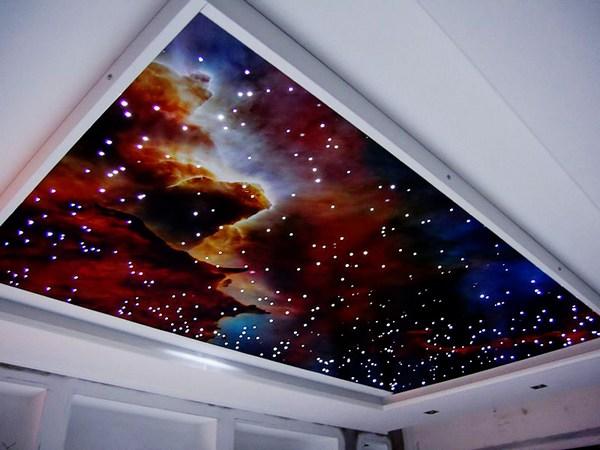 Натяжной потолок в виде звездного неба в гостиной