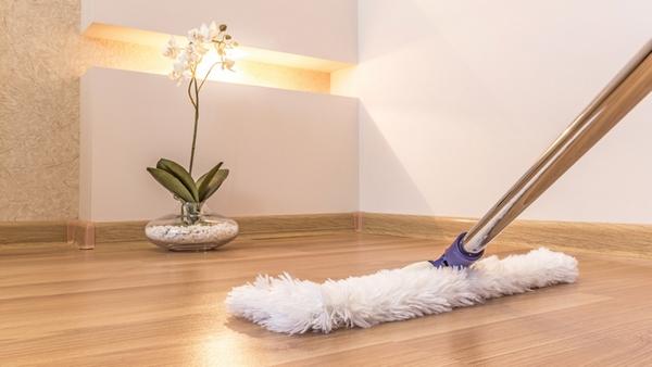 Чтобы сохранить привлекательный внешний вид напольного покрытия ухаживайте за ламинатом правильно