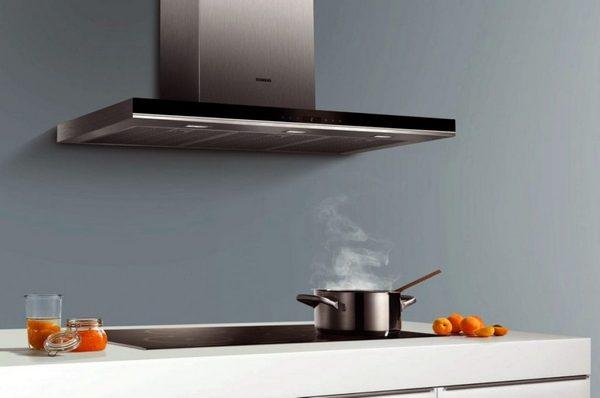 При выборе вытяжки необходимо учитывать не только размеры помещения, но и интерьер кухни