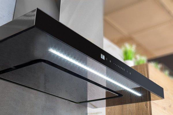 Вытяжка с освещением не только очищает воздух и освещает варочную плиту, но и создает уютную обстановку на кухне