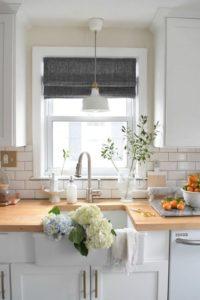 Окно на маленькой кухне даёт возможность проявить дизайнерские решения