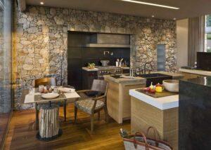 Натуральный камень в интерьере квартиры: виды материалов, особенности отделки, свежие идеи