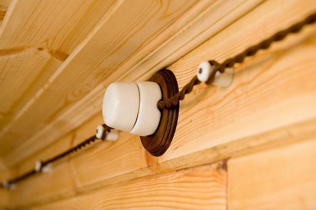 Открытая проводка является наиболее простым способом прокладки кабельных линий