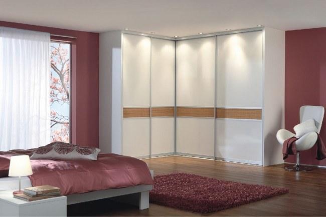 Угловой шкаф-купе в интерьере спальни