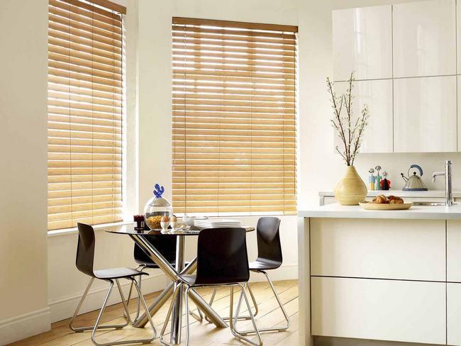 Для того чтобы освежить интерьер кухни необязательно делать ремонт: достаточно установить на окна новые жалюзи