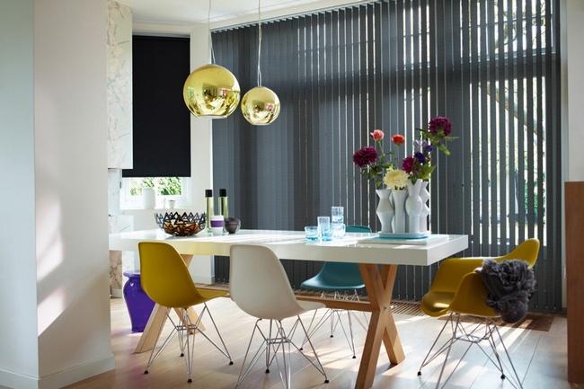 Правильный подбор жалюзи позволит не только дополнить интерьер кухни, сделав правильные акценты, но и отрегулировать пропорции помещения.