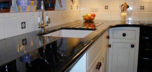 Черная столешница из искусственного камня для кухни