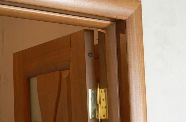 Чаще всего, чтобы устранить провисание двери достаточно подтянуть петли подкручиванием фиксирующих саморезов.