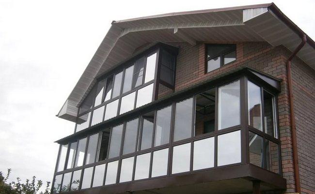 При установке тёплого остекления используются прочные конструкции, устойчивые к различным погодным условиям