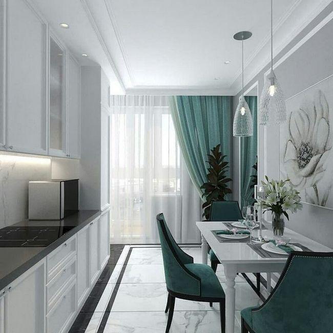 Кухонный гарнитур с высокими шкафами в интерьере кухни
