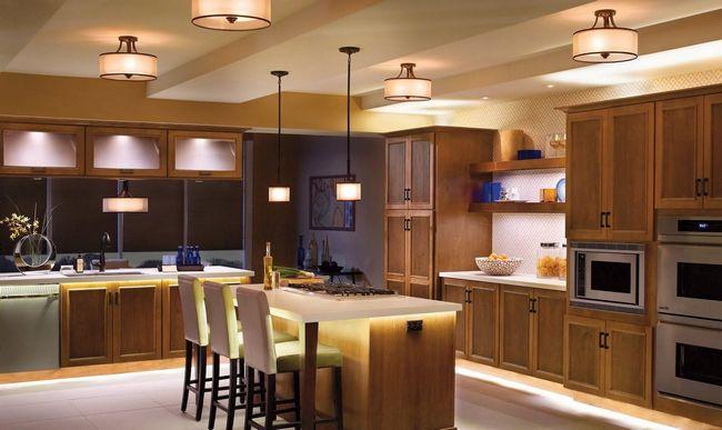 На практичной кухне стоит поставить несколько источников света, расположенных в стратегических местах.