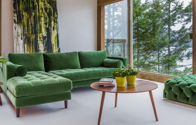 К зеленому дивану отлично подойдут аксессуары с цветочным мотивом и цветы в горшках с густыми ярко-зелеными листьями