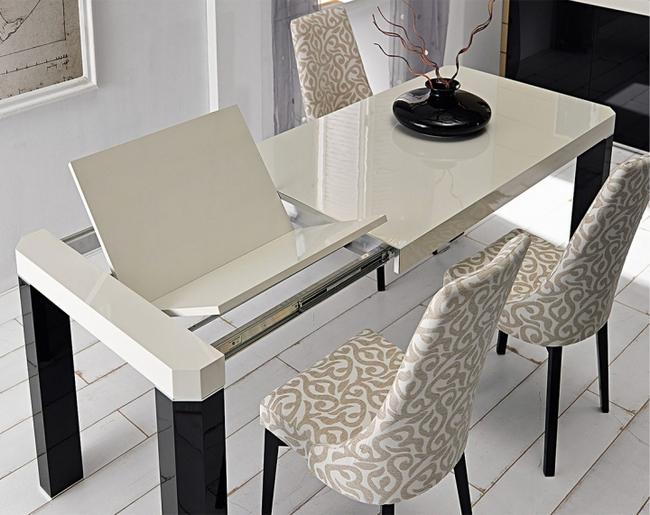 Раздвижной обеденный стол в интерьере кухни