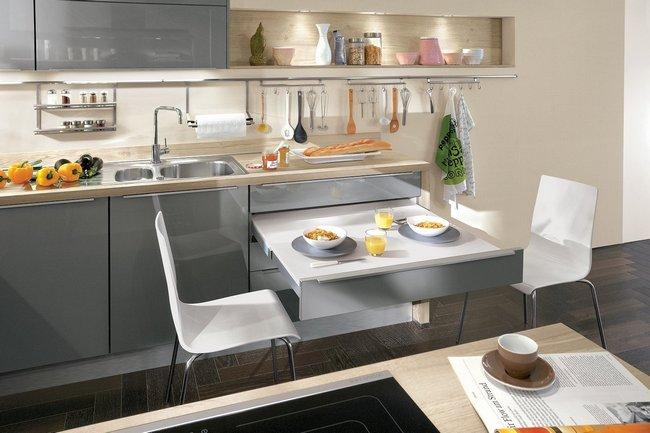 Выдвижной стол, встроенный в кухонный гарнитур, можно применять как для приема пищи, так и в качестве дополнительной рабочей поверхности