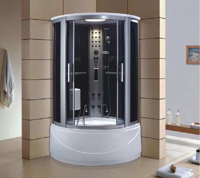 Ассиметричная душевая кабина в интерьере ванной комнаты