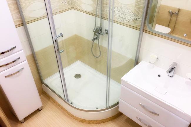 Душевая кабина с низким поддоном в интерьере ванной